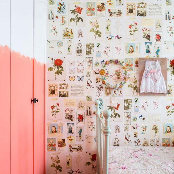 A pintura em meia parede com acabamento irregular atualiza o quarto romântico