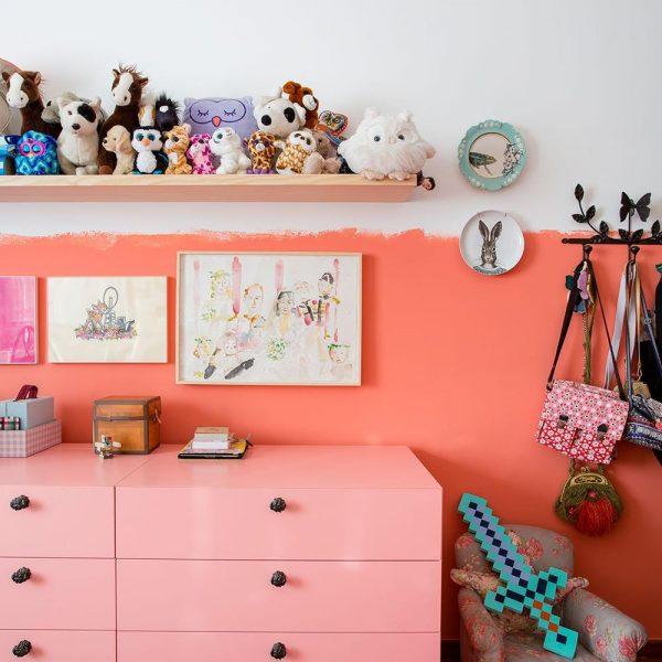 Cômoda rosa e na parede, prato da Anthropologie, loja americana mais do que linda