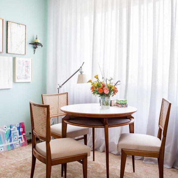 """O mobiliário mais clássico se mistura com graça aos """"excessos"""" da decoração"""