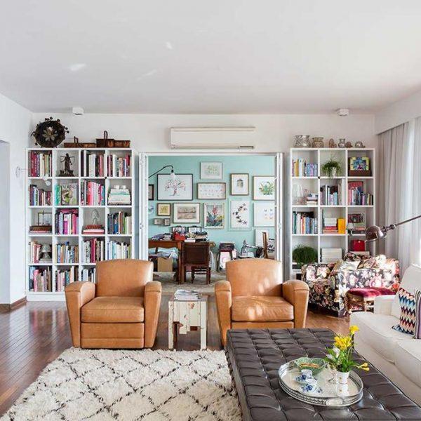 As estantes acolhem os muitos livros da família. Em primeiro plano, recamier Mies van der Rohe