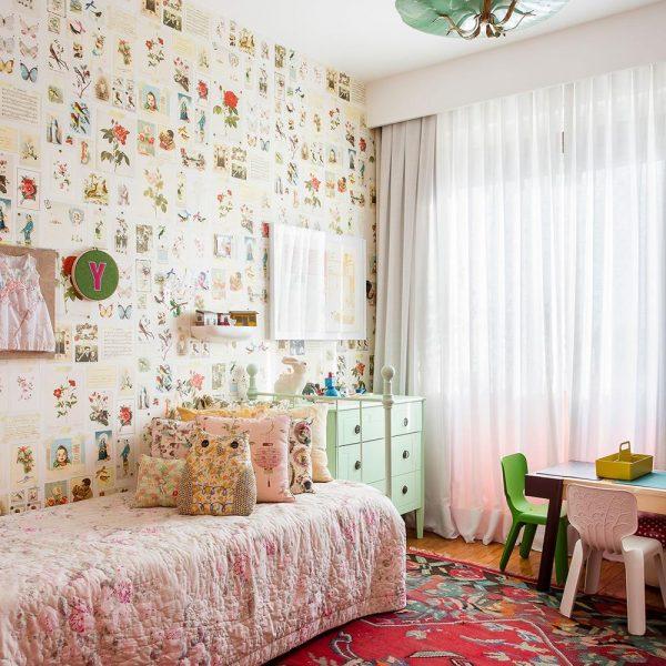 Fofura pura no quarto de menina, com luminária antiga, papel de parede e colcha em padrão super feminino e cadeiras e mesinha modernas