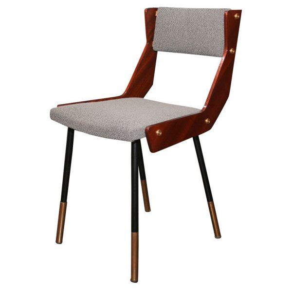 Cadeira de jantar. Se você observar bem, verá traços de outras cadeiras, algumas da mesma época e outras contemporâneas