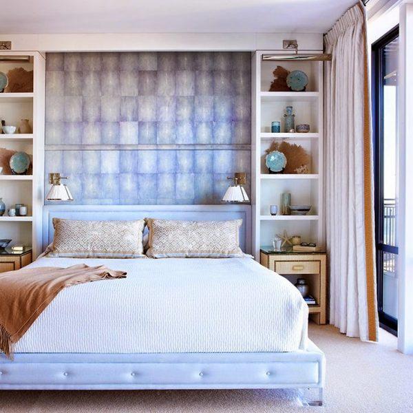 Aqui, a cama é ladeada pelas estantes, mais estreitas e compridas