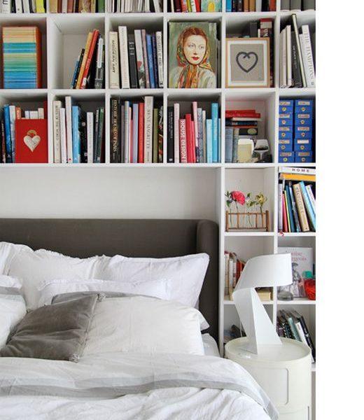 A estante praticamente abraça a cama, em total intimidade! Adorei!