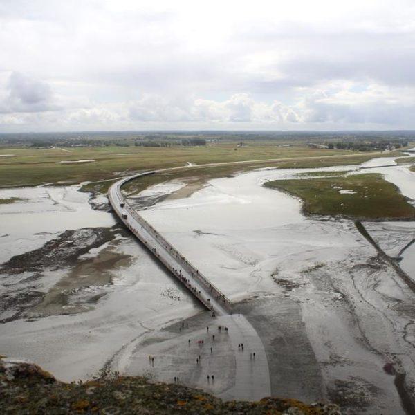 A nova ponte dá acesso ao vilarejo/abadia
