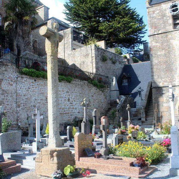 O cemitério, pequeno e aos pés da abadia