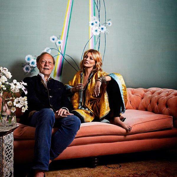 Kate Moss e Claud Cecil Gurney, dono da marca de papéis de parede, De Gournay