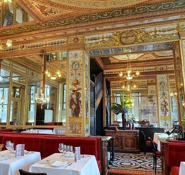 O interior do Le Grand Véfour, que conserva as características originais, com muito dourado