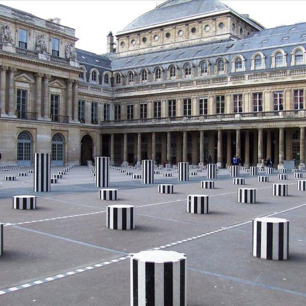 Colonnes de Buren, assinadas por Daniel Buren, de 1986, no Palais Royal