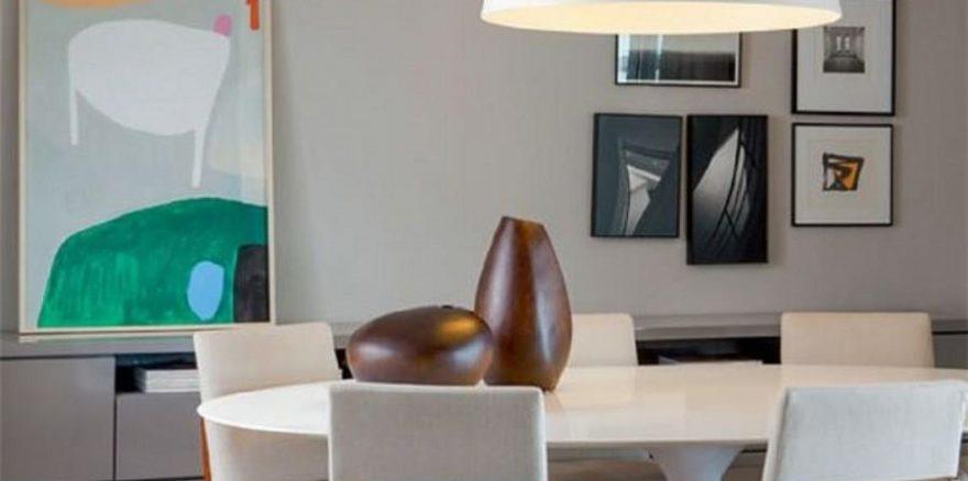 O branco nos objetos e parte do mobiliário suaviza a cor intensa do piso