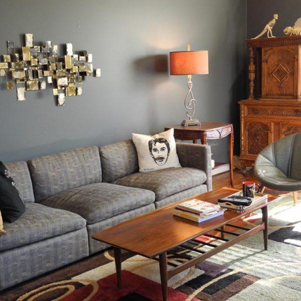 Parede cinza e mobília cinza e camelo = adorei!!