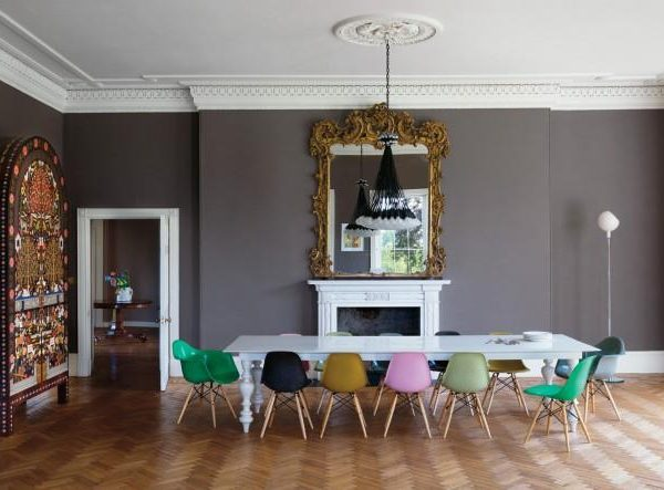 Ilse Crawford assina este projeto, com cadeiras coloridas e pinceladas em branco sobre base cinza