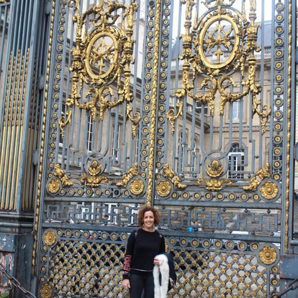 Em frente ao portão maravilhoso do Palais de Justice, em Paris