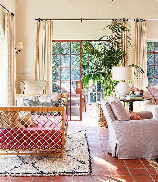 Piso em lajotas de cerâmica e o mobiliário em fibra natural