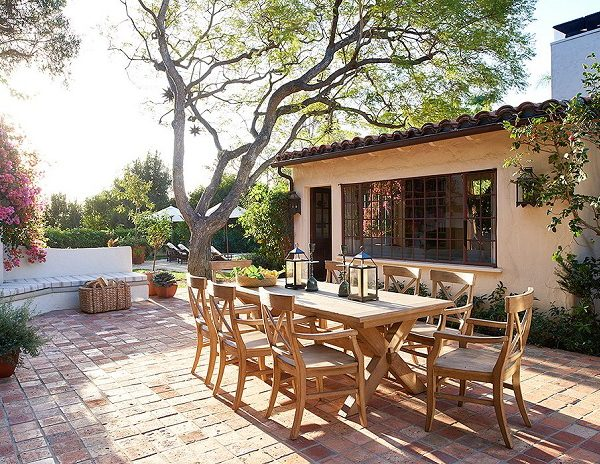 Lajota rústica, mobiliário de madeira e muitas plantas