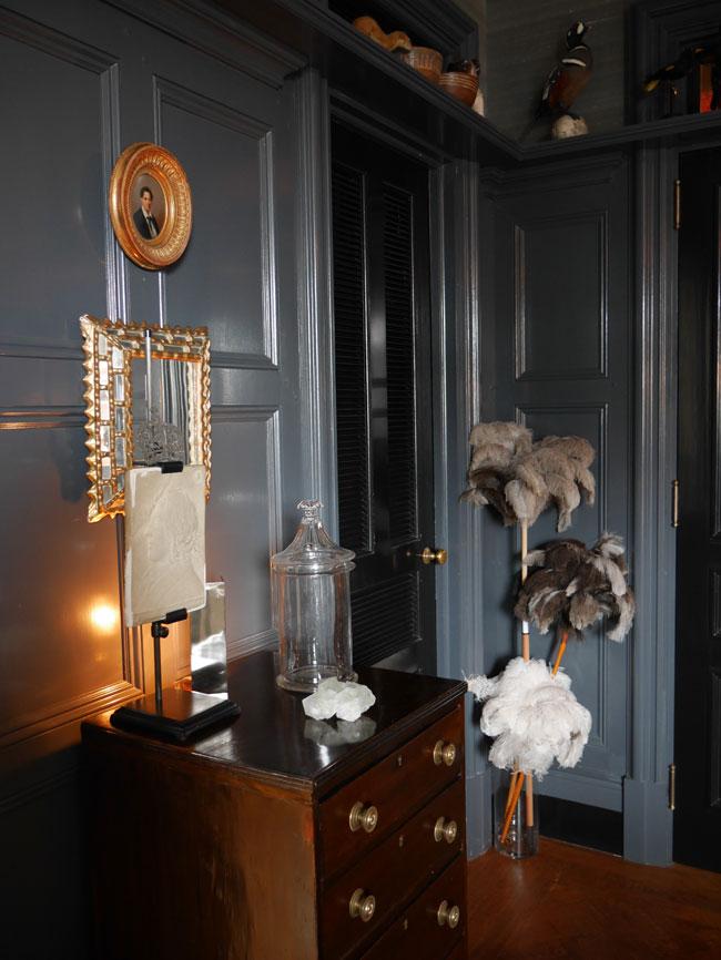 As plumas deavestruz dão as boas vindas no apartamento de Braian Sawyer