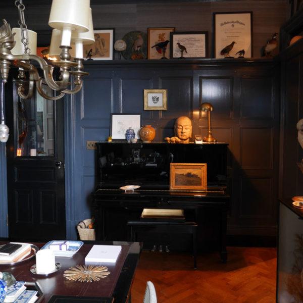 Em uma das laterais da sala de jantar, o piano