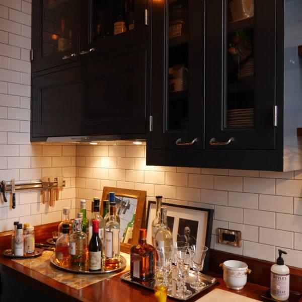 Na bancada da cozinha, o bar
