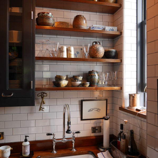 A madeira aparece com força na cozinha, inclusive na bancada, linda!