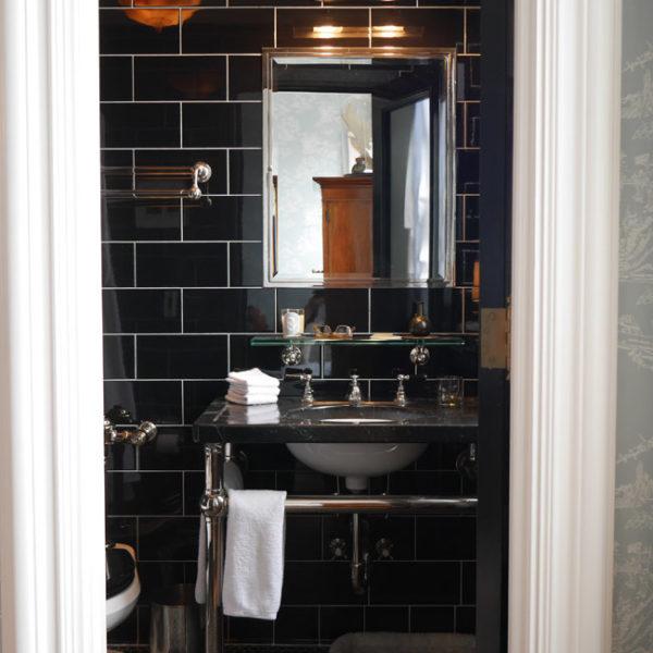 O banheiro recebeu revestimento preto. Puro charme