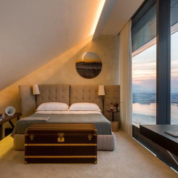 No ambiente de André Piva e Vanessa Borges, o quarto fica no mezanino, aumentando a área total