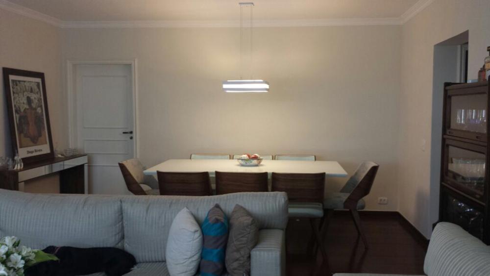 Cláudia, nesta parede, coloque o Diogo Rivera. Isso vai valorizar a obra e dar mais vida ao jantar. O lugar é a partir do canto direito da mesa, 20 cm para dentro, na altura do olho. 1,85 de altura acabado é uma altura que uso bastante, mas não pode ficar mais baixo do que a mesa, ok?