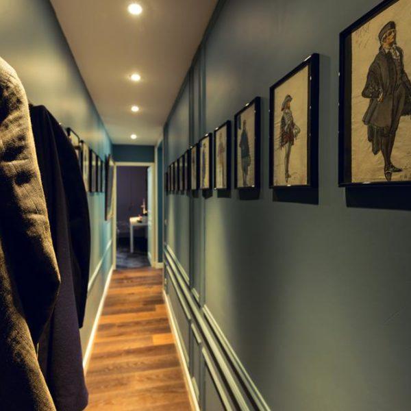 O corredor, quase sempre  estreito, pode ser decorado com uma pintura especial ou com quadros. A cor é fundamental