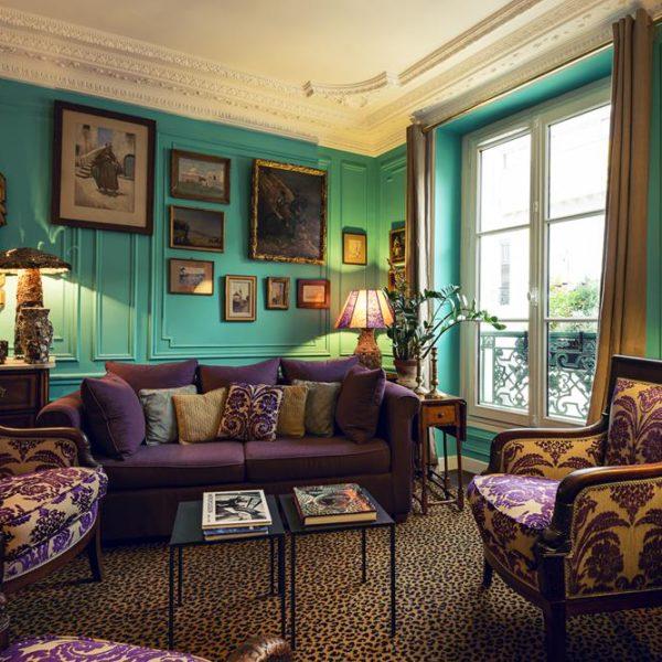 O living, ponto de encontro dos hóspedes. O tapete de onça merece menção honrosa, assim como o incrível abatjour Pipistrello, da designer italiana Gae Aulenti!