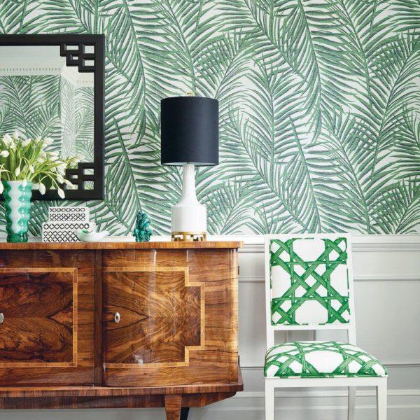 A estampa tropical fica incrível com um mobiliário mais austero
