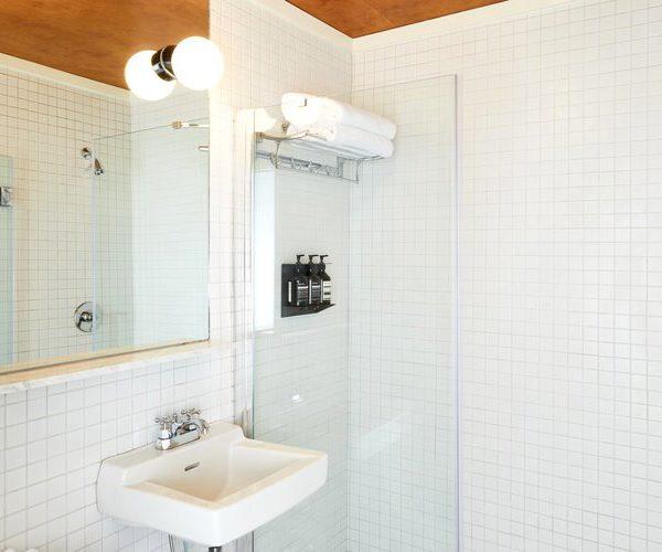 Ultra simples, o banheiro branco é sempre um acerto