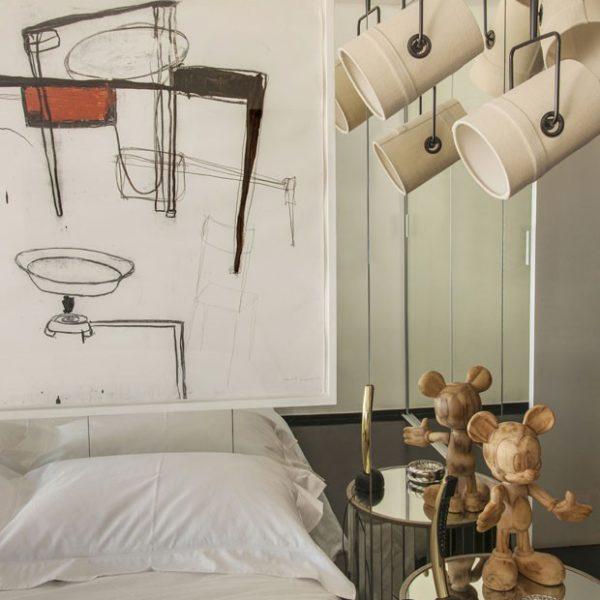 Sobre a cama, desenho de Eduardo Climachauska. À direita, pendentes Fork, Diesel para Foscarini. Sobre o criado-mudo espelhado, Mickey de madeira da Gabinete D