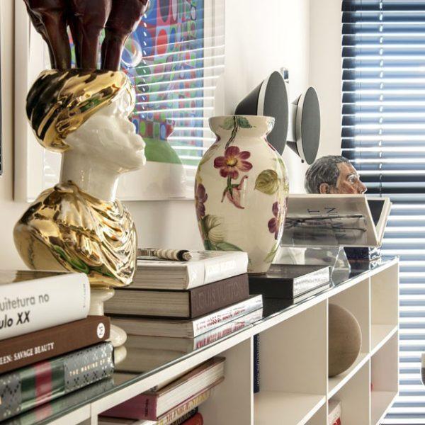 O rack abriga livros e objetos