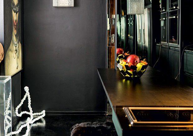 O hall, que não existia, é preto e causa impacto no ato. Luminária escultura em forma de pérolas, italiana, dos anos 1970, faz companhia à fotografia de Rodrigo Ribeiro, da Galeria Nuvem