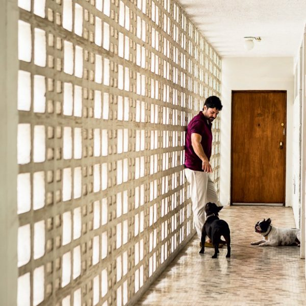 No corredor do apartamento, cobogó, o que denuncia a época de construção do edifício