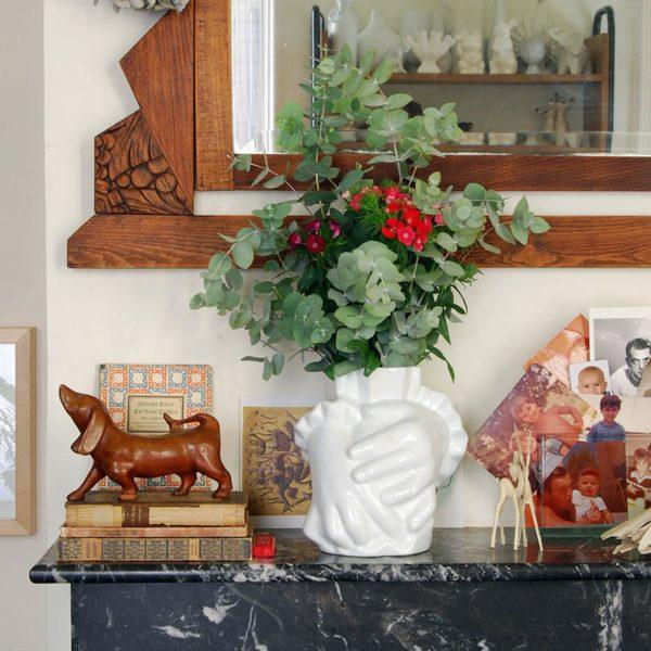 Na lareira, as fotos fazem linha direta com a história dos donos da casa