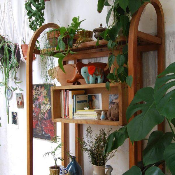 O esqueleto de madeira de um móvel apóia objetos e plantas