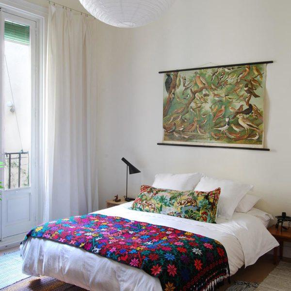 No segundo quarto, painel sobre a cama trazido de Berlim. Observe os tapetes sobrepostos