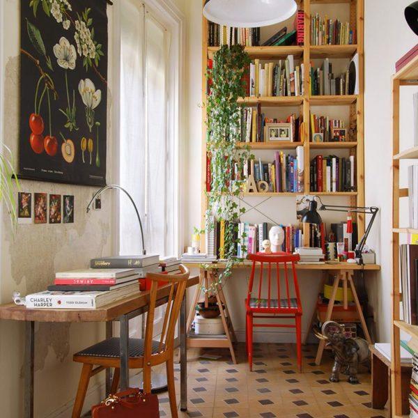 Na varanda, ladrilho hidráulico original, gravura com motivos botânicos trazida de Berlim e bolsa de couro e porcelana, bacanérrima, da Andrés Gallardo