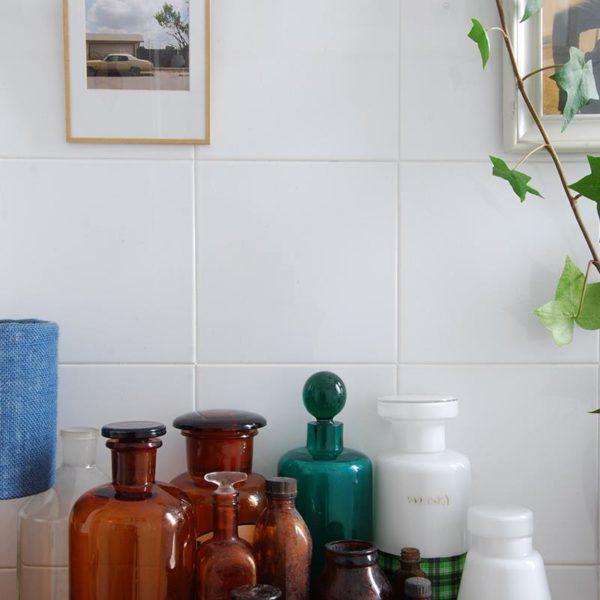 Vidros de medicamentos, perfumaria e outros mais simples, fazem um banheiro cuidado e bacana!