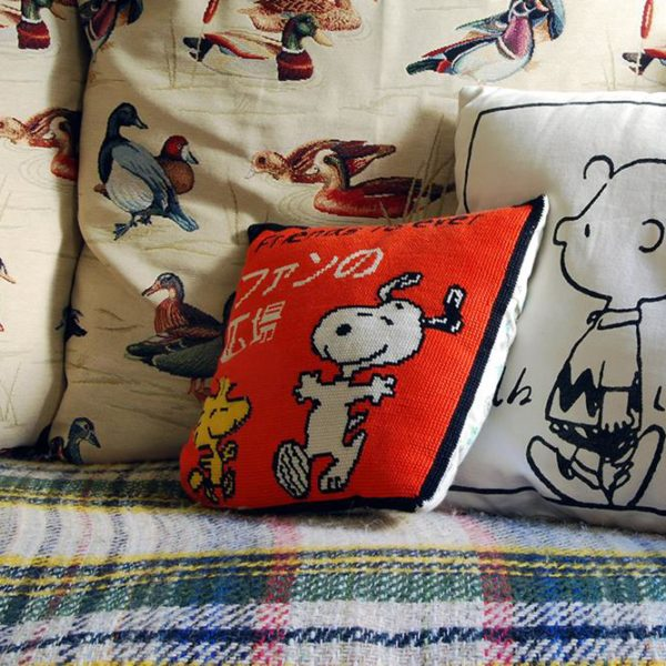 Sobre o sofá, almofadas fofas