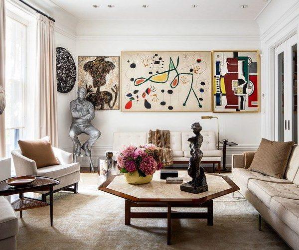 A sala de estar de Melissa Neumann em Manhattan é uma introdução à história da arte, com grandes pinturas de Jean Dubuffet, Joan Miró e Fernand Léger, além de esculturas de Jeff Koons e Henri Matisse