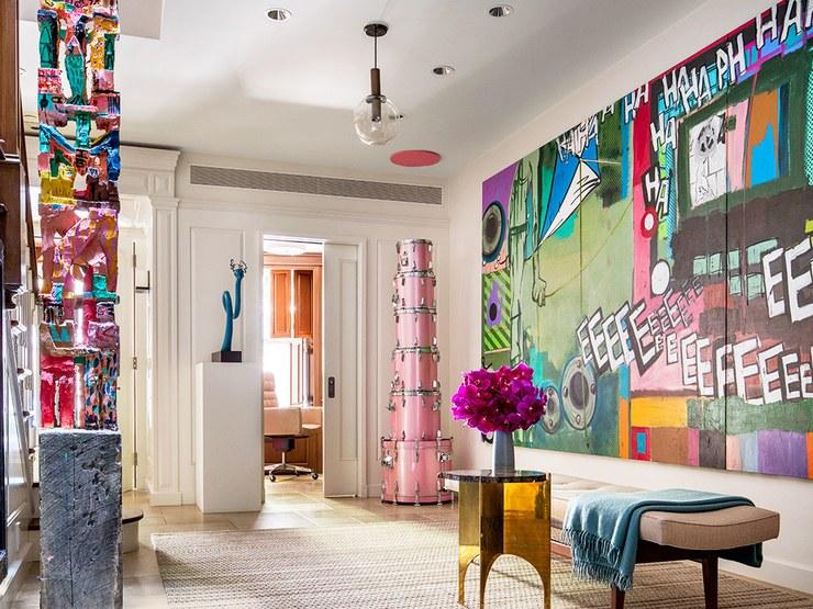 O hall de entrada exibe um totem de Charlie Roberts e uma pintura de Michael Bevilacqua