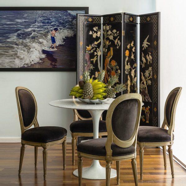Mesa Saarinen, cadeiras Maison Jansen e biomo chinês