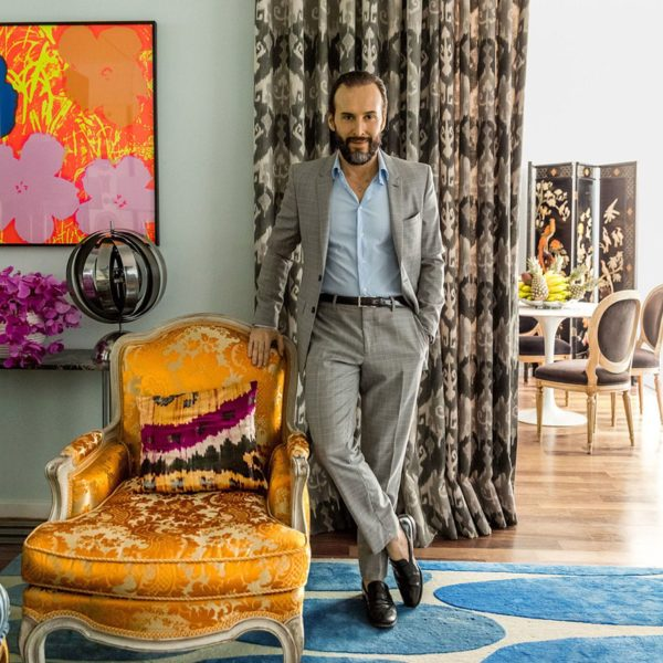 O cabeleireiro que tem 450 mil seguidores no Instagram, faz pose no seu lindo apartamento, decorado por Fabrizio Rollo