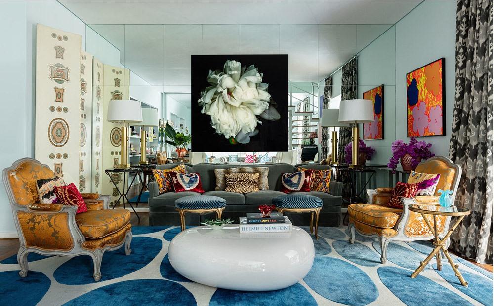 O living, lindo demais, recebeu sofá revestido com veludo Rubelli e biombo, ambos anos 1940 assinados por Dinucci. Mesa de centro Naoto Fukasawa
