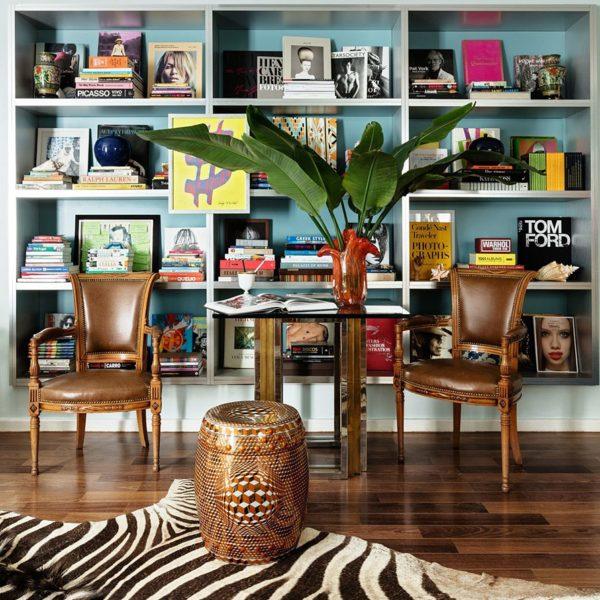 Mesa estilo Maison Jansen entre par de poltronas antigas Directoire. Garden stool por Rollo