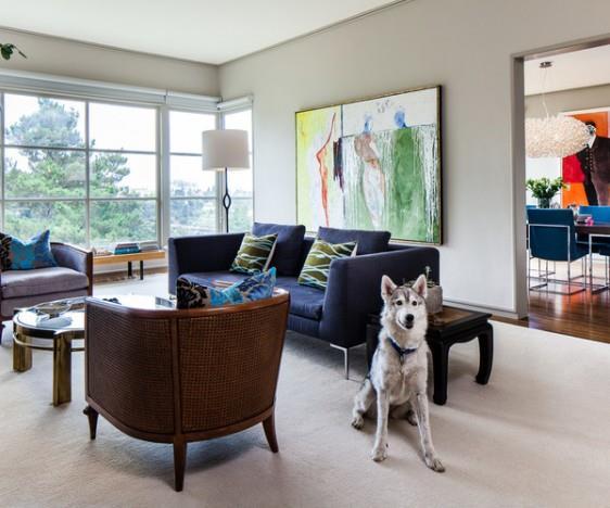 Essas são as cores da sua sala, sofá azul escuro e madeira. Veja como este cinza, bem semelhante ao Prata da Suvinil (opte por acrílico fosco) que indiquei, fica bonito e chique