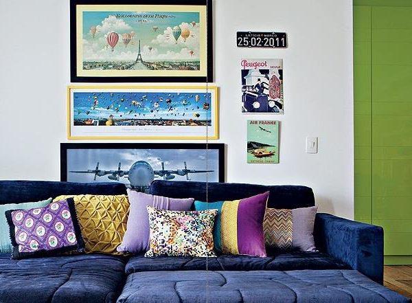 Aqui o sofá recebe a companhia da parede branca, também uma opção bacana, e almofadas e quadros coloridos. O verde, em praticamente todas as suas variações, fica bem bacana