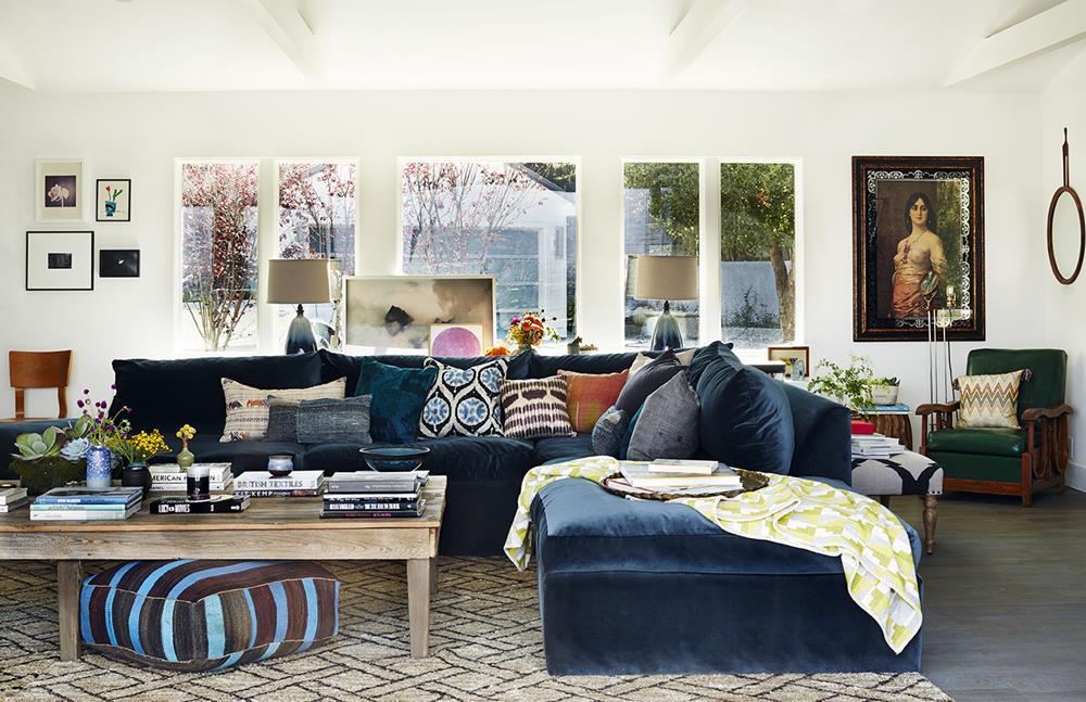 Os objetos e almofadas de cores variadas conferem vibração e alegria à uma decoração elegante