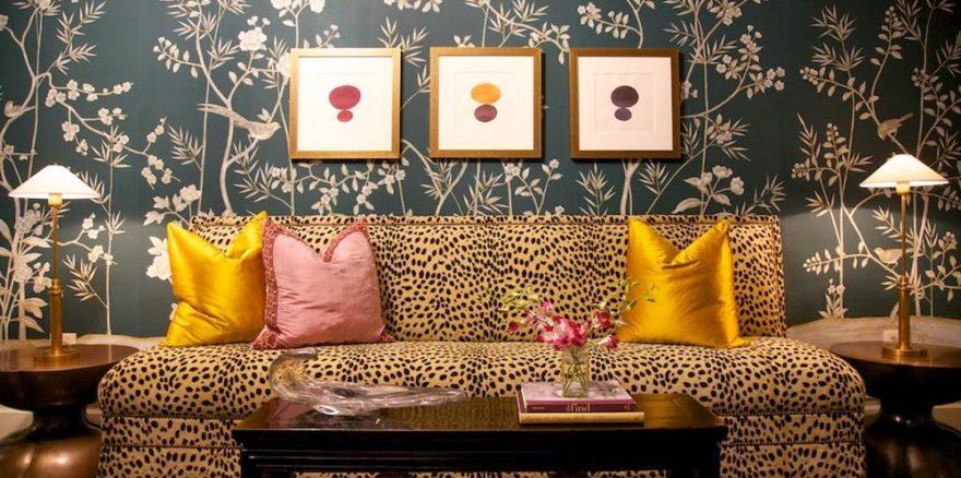 O sofá revestido em estampa animal print é sempre um arraso. Observe que o tom do fundo da estampa se repete na decoração, conferindo harmonia